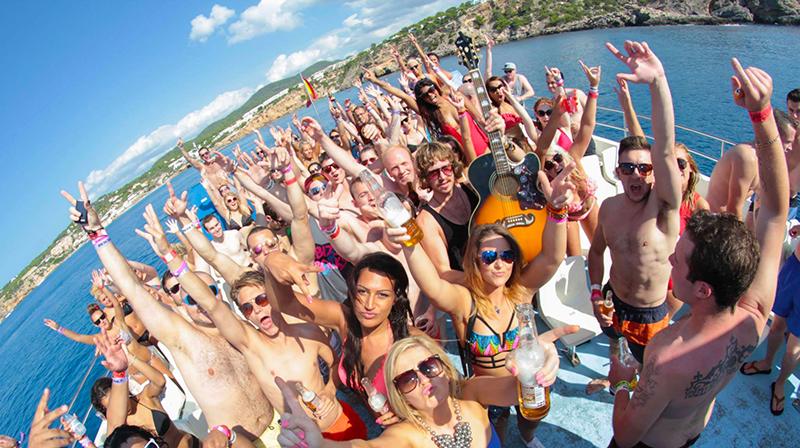 24 horas de fiesta, alcohol y mar: Planazo legendario en Ibiza