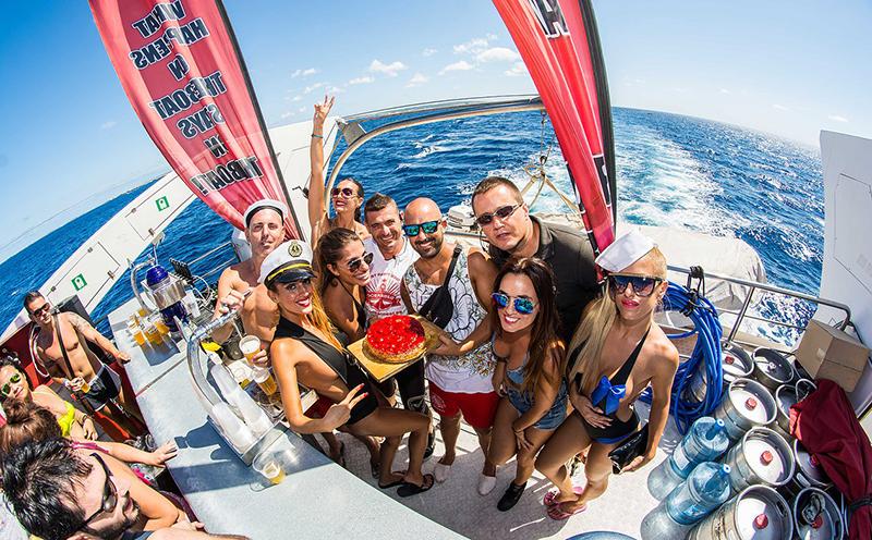 24 ore di festa, alcol e del mare: Legendary Tour a Ibiza